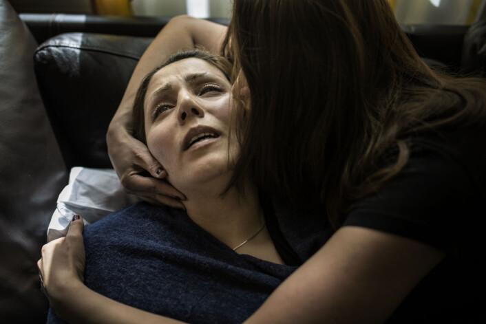 Sorg: Farideh Rajabi (34) omfavnes av venninnen i pårørende-rommet på Rikshospitalet i Oslo. Hun har nettopp fått beskjeden om at sønnen Armin (4) ikke vil overleve. Et par dager tidligere ble Armin (4) fraktet hit i ambulansehelikopter, på grunn av komplikasjoner etter en mandeloperasjon.