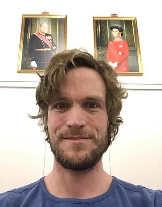 Selfie med kongebilde. Foto: Christian Nørstebø