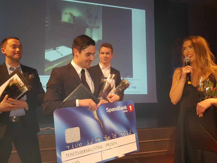 (F.v.) Peter Breivik, Chris Ronald Hermansen, Øyvind Hermstad og Sophie Bergersen tok i mot prisen for beste nyhetssak under Hellkonferansen. Foto: Bjørn Åge Mossin