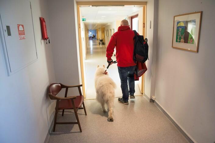 Det er alltid noen som venter på at besøksduoen fra Røde Kors skal komme. Foto: Kari Kløvstad