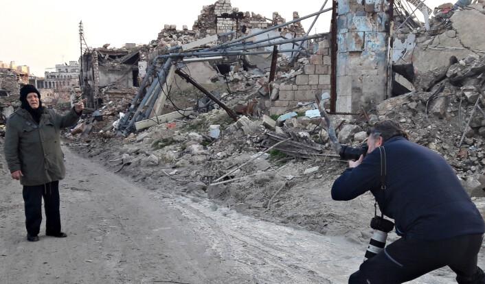 Aleksander Nordahl fotograferer en av de mange DN møtte i Aleppo. Foto: Privat.