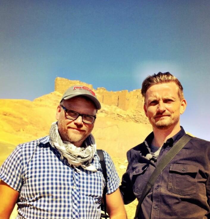Fotograf Aage Aune sammen med Bent Skjærstad i Palmyra i Syria.