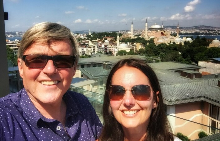 Jan Ove Ekeberg er gift med NRK-journalist Marianne Løkkevik Ekeberg. Her er de to i Istanbul nylig, før det smalt på flyplassen. Foto: Privat