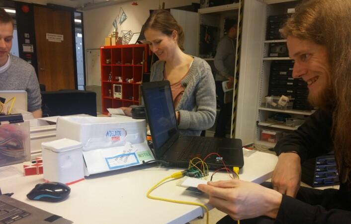 Sissel Kvalvik studerer informatikk og er her opptatt med gruppearbeid sammen med medstudenter. Foto: Privat