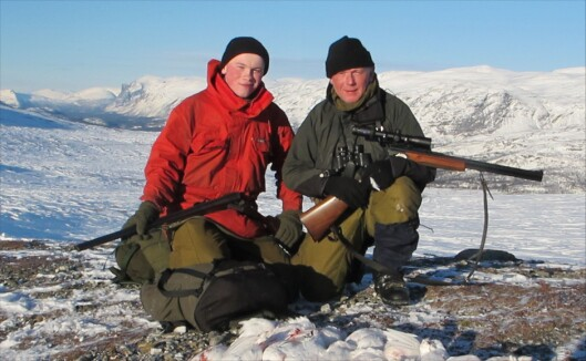 Far og sønn Solvang på jakt. Foto: Privat