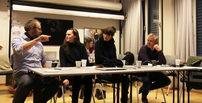 Mens lyset for en kort stund er på. Juryen fra venstre Eivind Natvig (frilans), Miriam Dalsgaard (Politiken), Linda Næsfeldt (Dagens Næringsliv) og Håvard Bjelland (Bergens Tidende).