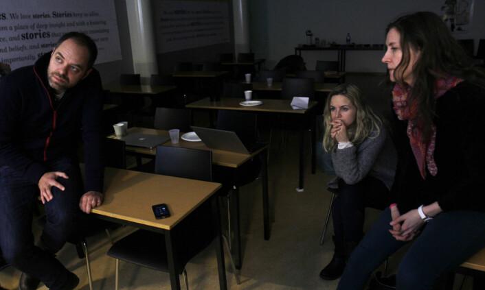 Videojuryen på telefon med Jonas Brenna som er med og juryerer fra sykesengen. Fra venstre juryleder Anders Birch, Siv Johanne Seglem (Dagbladet) og Mette Nyseter (Mastiff).