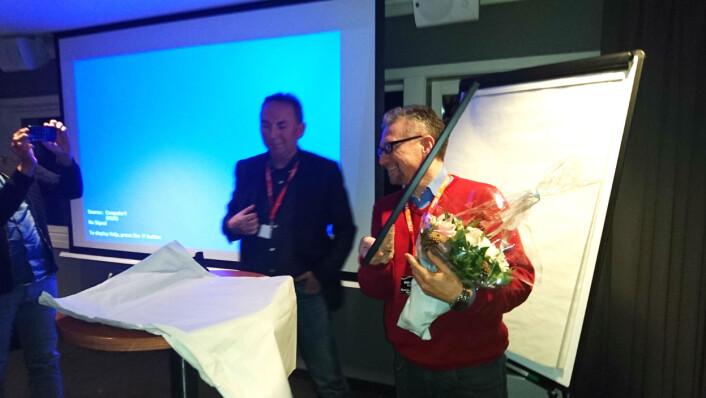 Fredag delte Jan Gunnar Furuly (til venstre) ut Finnmark Journalistlaglags journalistpris til Eilif Aslaksen (til høyre). Foto: Glenn Slydal Johansen
