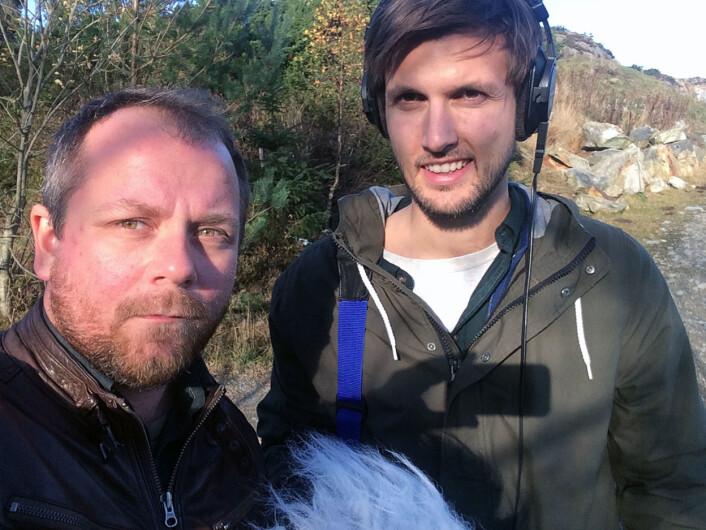 Reporterne Tor-Erling Thømt Ruud og Sindre Leganger under innspilling på Karmøy. Foto: privat