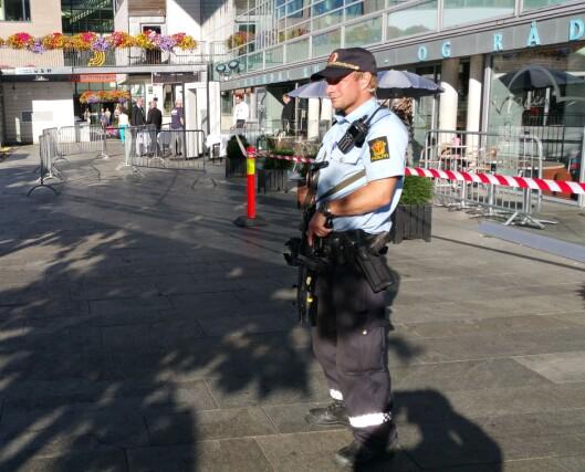 Politi med maskinpistoler foran kultur- og rådhuset og andre steder i<br>Arendal sentrum fredag. Foto: Bjørn Åge Mossin