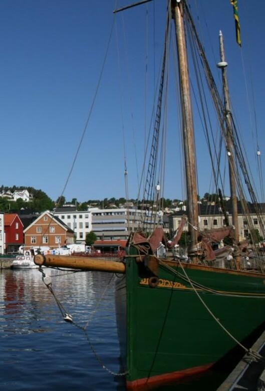 Presseorganisasjonene har leid inn en egen<br>mediebåt strategisk plassert i Pollen i<br>Arendal. Foto: Arendal Turistkontor