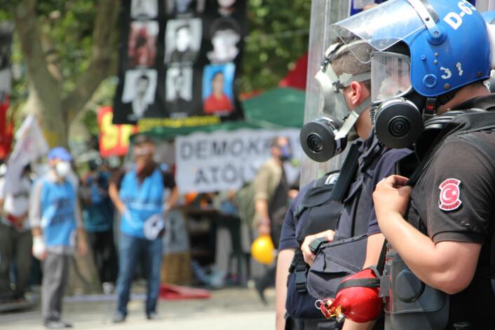 Opprørspoliti og demonstranter i Gezi-parken i Istanbul. Parken ligger ved siden av Taksim-plassen, der mange demonstrajoner har startet. Foto: Mariann Strand