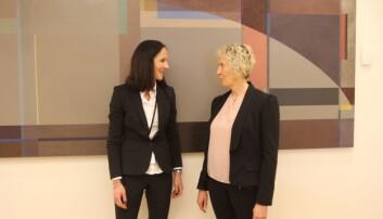 Forhandlingslederne Else Margrethe Husby fra MBL (til venstre) og Elin Nykaas fra NJ like før kravoverlevering. Foto: Glenn Slydal Johansen