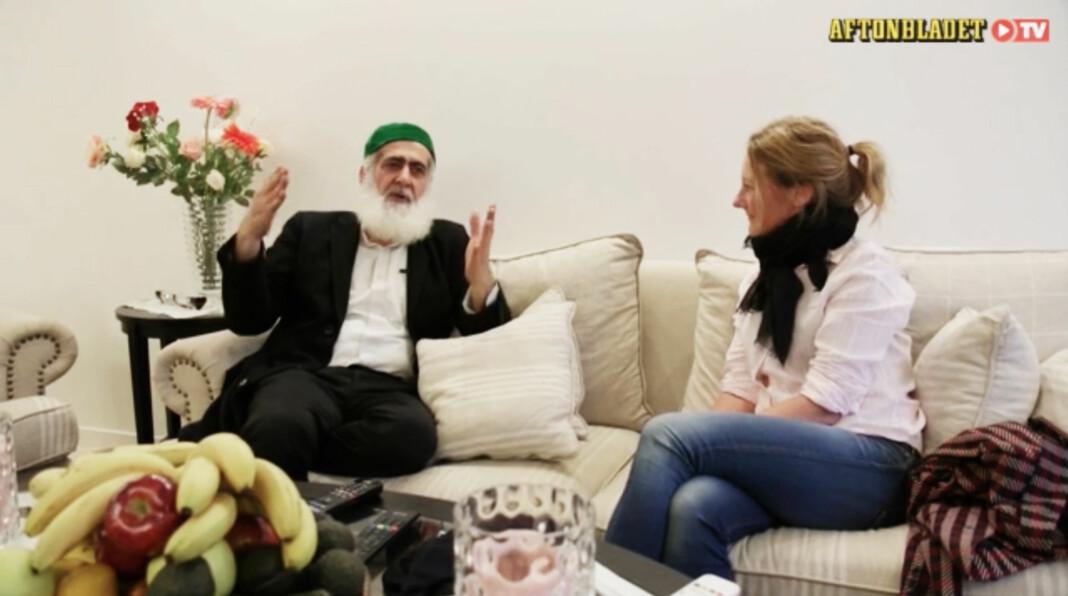 Krimjournalisten Johanna Bäckstrøm Lerneby intervjuer «mafiaboss» Hashem Ali Khan. Foto: Skjermdump Aftobladet TV