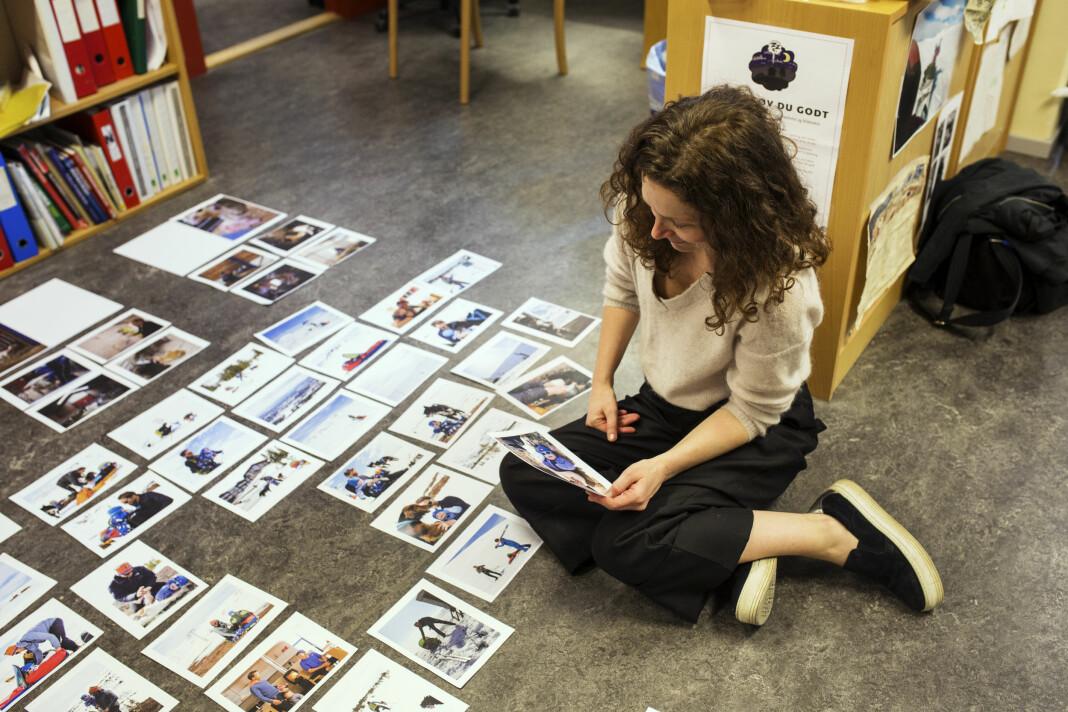 – Her var det mye mann med pulk! Lærer Ellen Lande Gossner hjelper til med redigering av Jan Langhaugs reportasje fra Hafjell. Foto: Kristine Lindebø