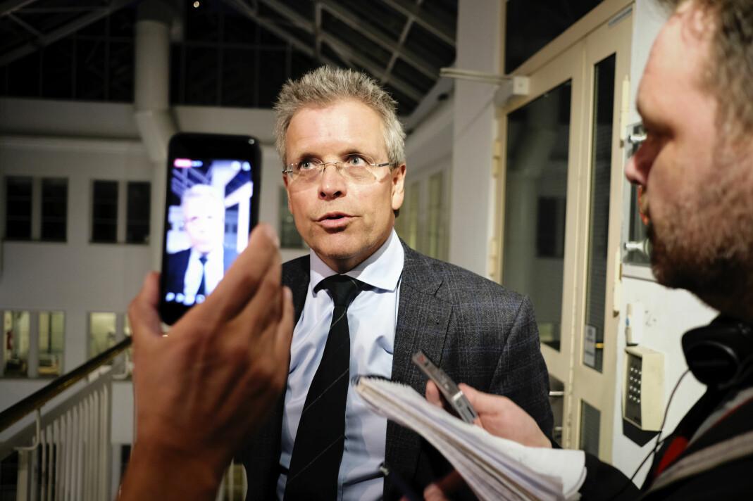 Mekler Torkjell Nesheim snakker med pressen en knapp time før fristen går ut. Foto: Kristine Lindebø
