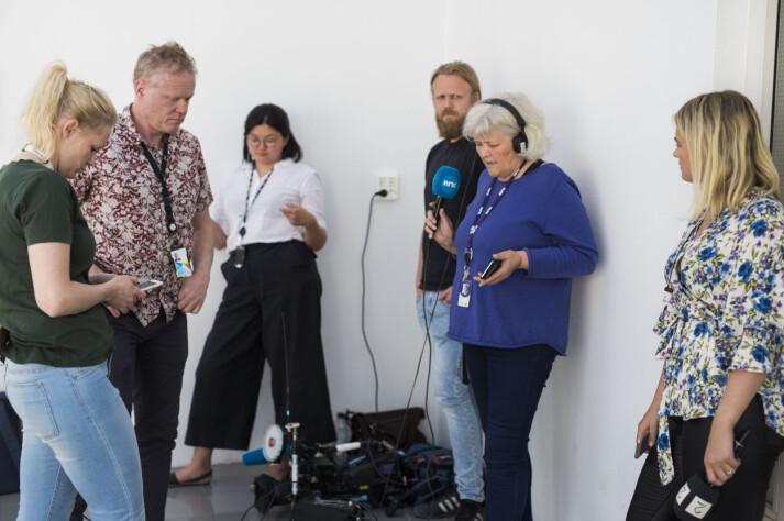 Utenfor Riksmekleren venter journalistene på resultat. Foto: Kristine Lindebø