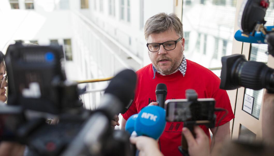 Leder Richard Aune i Norsk Journalistlag i NRK (NRKJ) tok på seg streikeskjorta da bruddet var et faktum i mai og han forlot Riksmeklerens kontor i mai. Arkivfoto: Kristine Lindebø