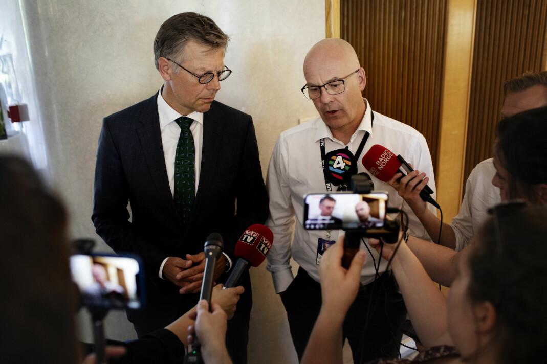 Olav A. Nyhus, som er juridisk direktør i NRK og kringkastningssjef Thor Gjermund Eriksen møtte pressen i Radioresepsjonen på Marienlyst. Foto: Andrea Gjestvang