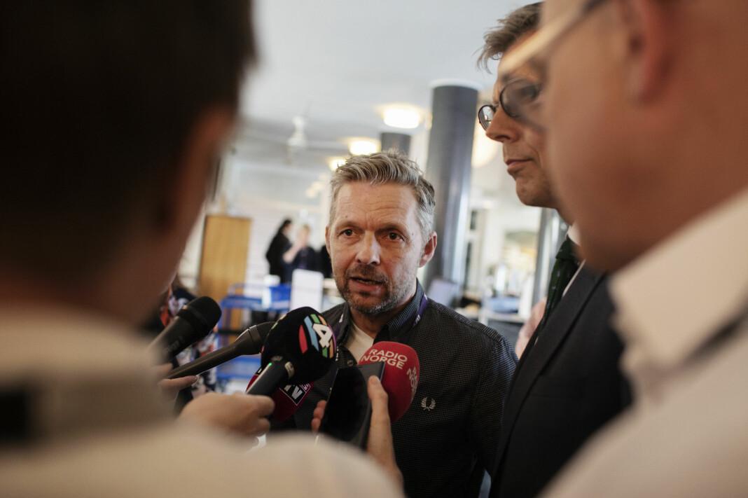 Fungerende medieredirektør Marius Lillelien forteller at det vil bli noen korte nyhetssendinger basert på byråstoff. Foto: Andrea Gjestvang