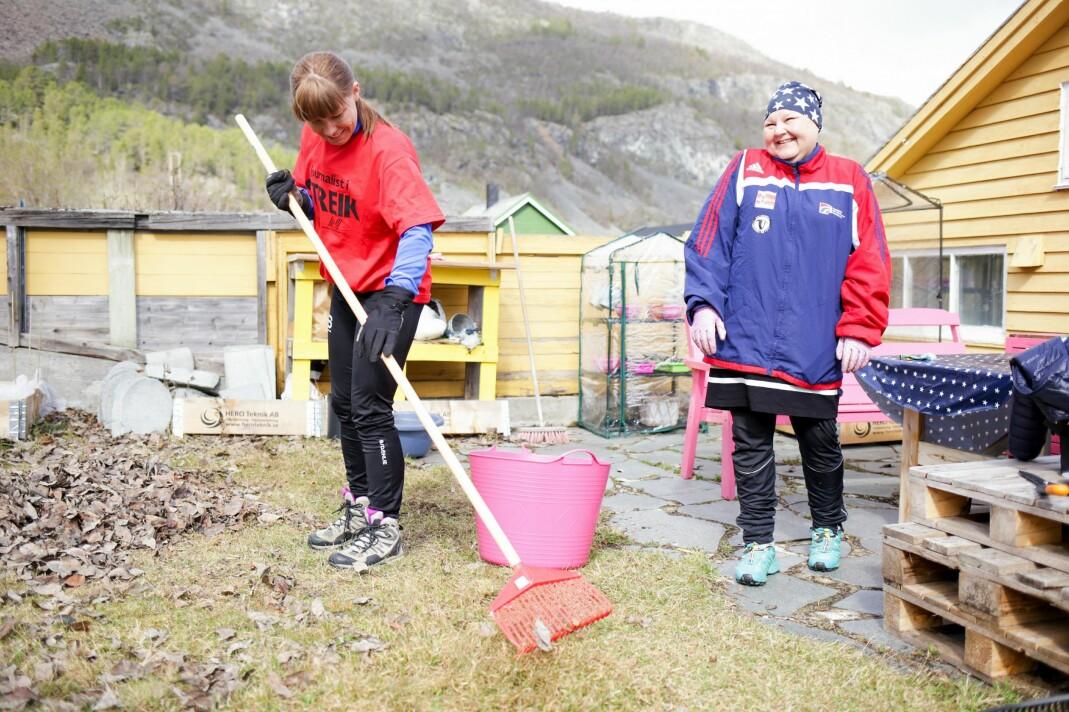 Marte Lindi i NRK Finnmark var en av dem som stilte på dugnad hos Heidi Hilima Monsen. Foto: Eskil Wie
