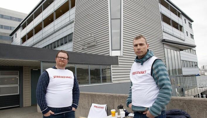 Andreas Nilsen Trygstad (til venstre) og Lars-Bjørn Martinsen holdt vakt utenfor bygget til NRK. Foto: Jan Roger Olsen