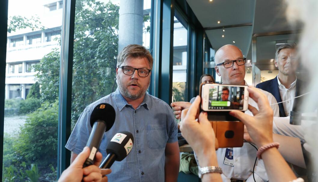 Kringkastingssjef Thor Gjermund Eriksen og NRK-journalistenes streikegeneral Rickard Aune (til venstre) møtte pressen onsdag kveld. Foto: Terje Bendiksby / NTB scanpix