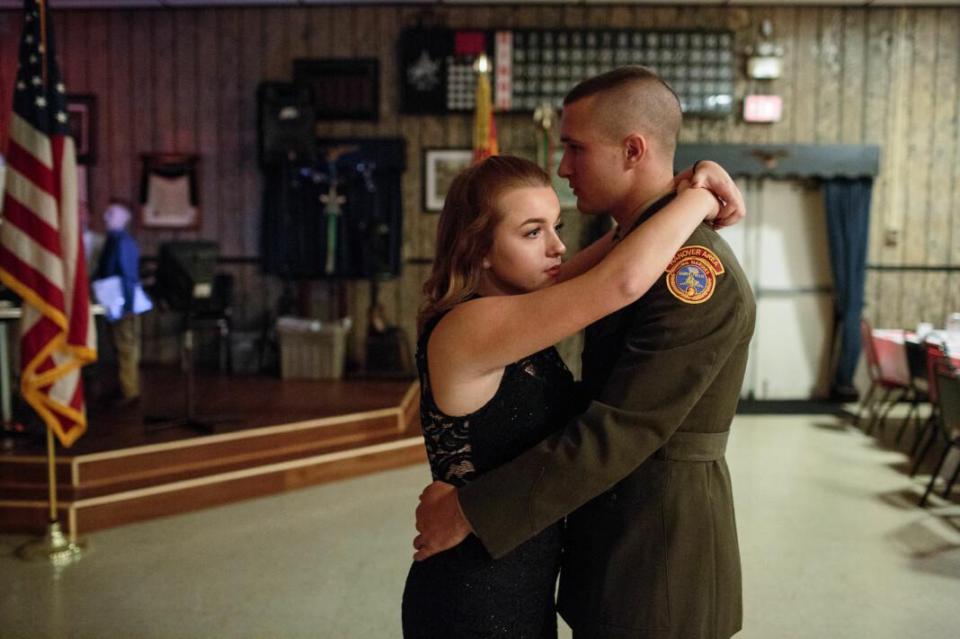 Garett, et senior medlem i Young Marines, danser med kjæresten på et lokalt ball i Hanover, PA. Foto: Sarah Blesener