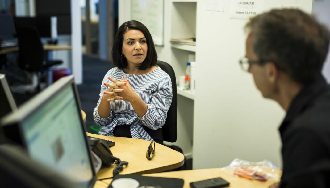 Nyhetsankrene Rima Iraki og Jarle Roheim Håkonsen diskuterer kveldens Dagsrevyen-sending. Foto: Kristine Lindebø