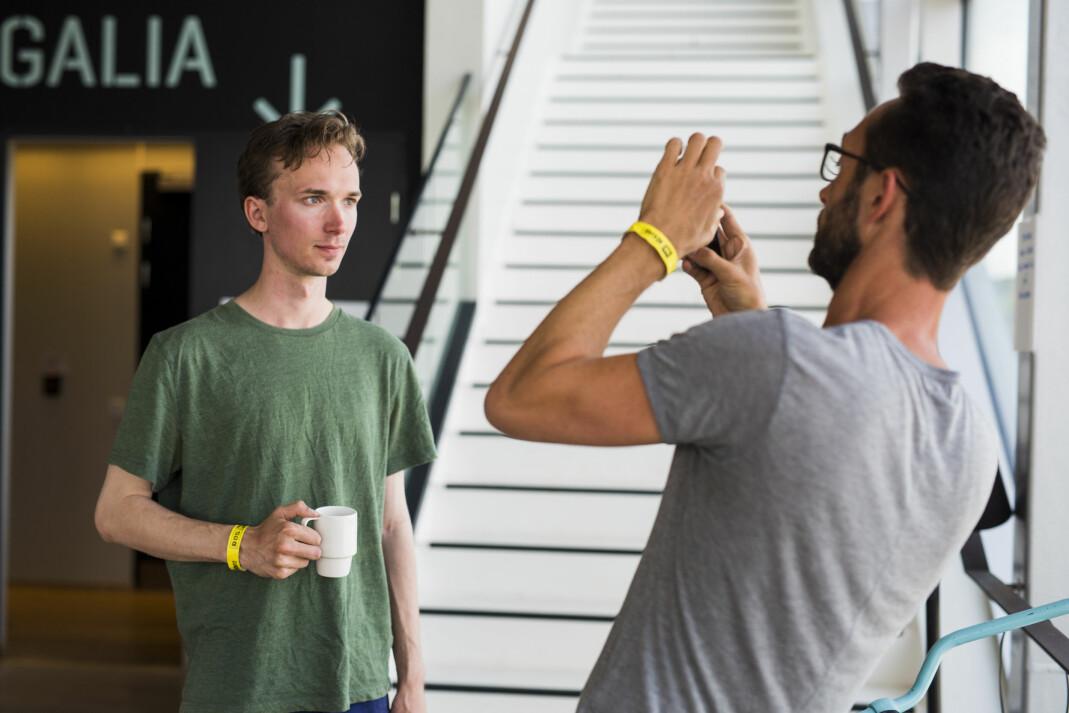 Adrian Nielsen blir selv fotografert av Thomas Borberg under sin portefølgevisning. Foto: Kristine Lindebø