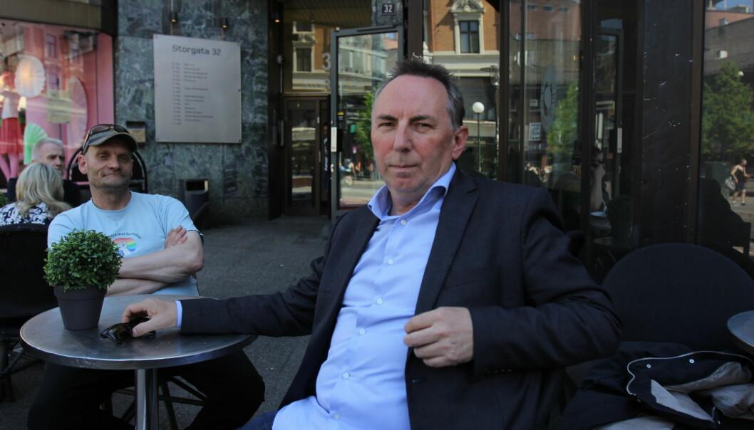 Jan Gunnar Furuly og Thomas Olsen er blant Aftenpostens journalister som blant annet avdekket en ulovlig pokerklubb i Gunerius-bygget med inngang fra denne kaféen. Foto: Glenn Slydal Johansen