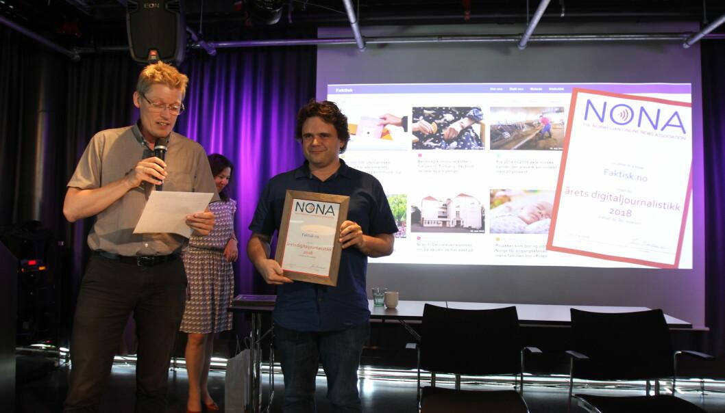Utvikler Jari Bakken fra Faktisk mottok pris fra juryleder Jens Barland. Foto: Glenn Slydal Johansen