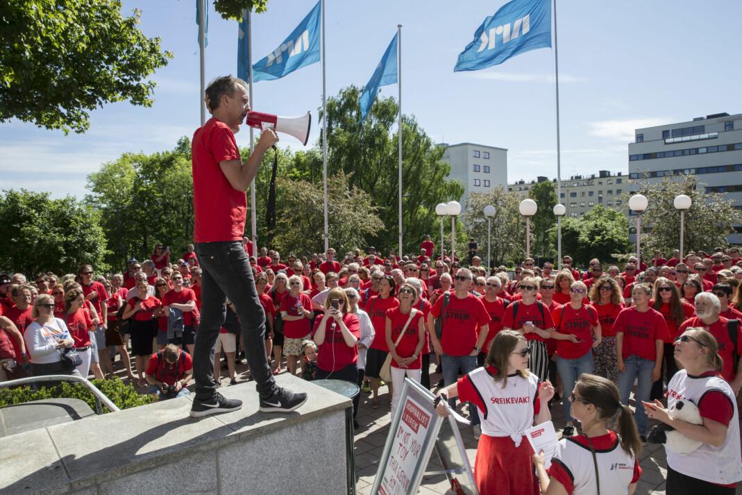 NRK-journalistene demonstrerte utenfor radioresepsjonen på Marienlyst 22. mai. Streikegeneral Jarle Roheim Håkonsen ledet demonstrasjonen. Foto: Vidar Ruud / NTB scanpix