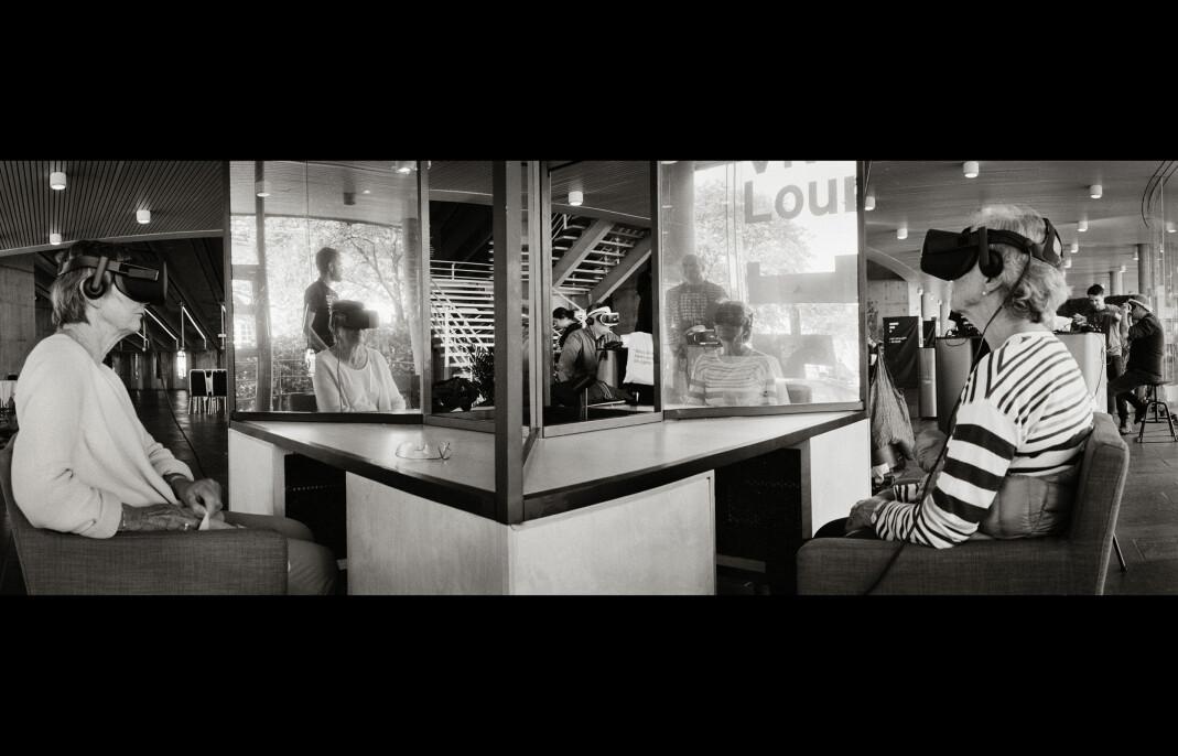 Virtuell kunstopplevelse av «My Name Is Peter Stillmann» i Grieghallen. – Helt fabelaktig, sier Jorunn Sørense (t.v). Foto: Fred Ivar Utsi Klemetsen