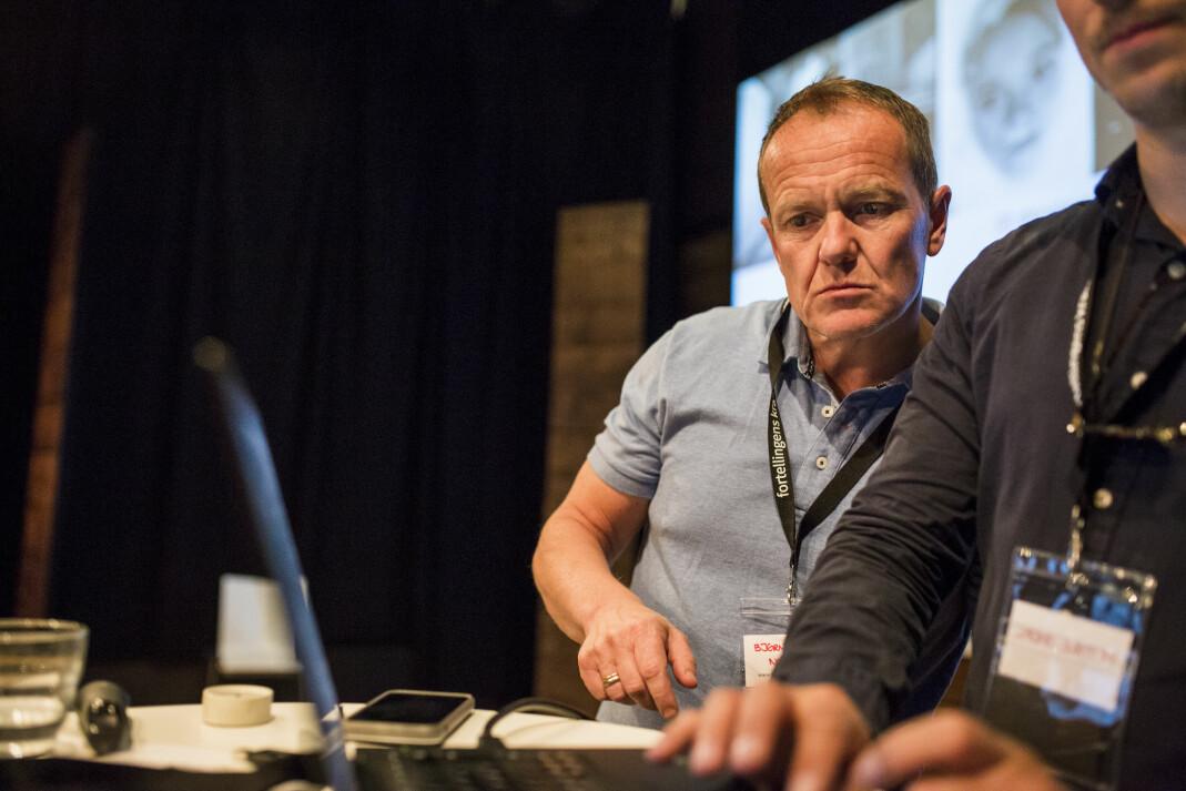 Bjørn Asle Nord sjekker at alt funker som det skal før Pulitzer-vinner Tom French går på scena. Foto: Kristine Lindebø