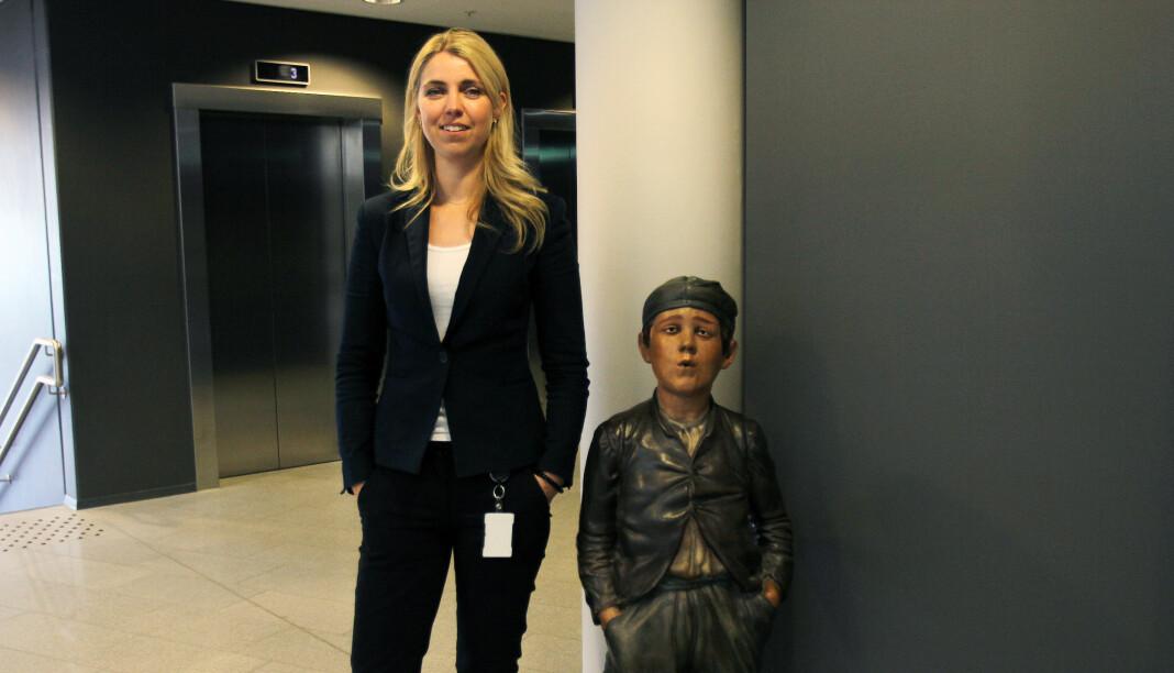 Alexandra Beverfjord og Dagblad-gutten som er plassert flere steder rundt i Aller-bygget på Hasle. Foto: Glenn Slydal Johansen