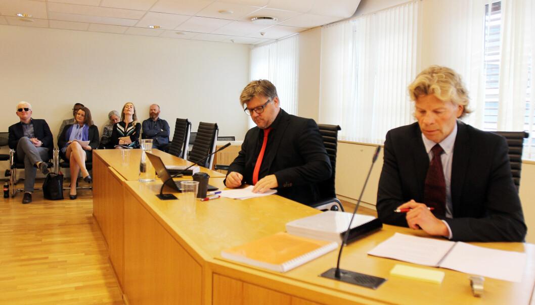 NRKJs leder Richard Aune (med rødt slips) sammen med advokat Knut Skaslien i Norsk Journalistlag (til høyre). Foto: Glenn Slydal Johansen