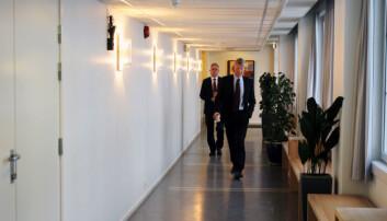 Spekters advokat Tarjei Thorkildsen og Journalistlagets advokat Knut Skaslien i hektisk møtevirksomhet med dommerne tirsdag. Foto: Glenn Slydal Johansen