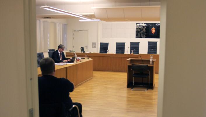 Det ble med mye venting i påvente av en avgjørelse i spørsmålet om en dommer er inhabil. Her NRKJs partsrepresentant Richard Aune. Foto: Glenn Slydal Johansen