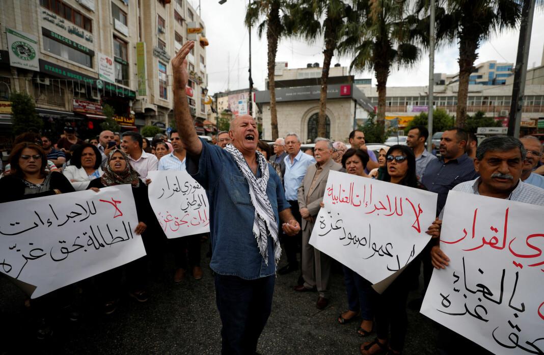 Palestinske sikkerhetsstyrker gikk løs på journalister og fotografer som dekket en demonstrasjon mot president Mahmoud Abbas og den palestinske ledelsen i Ramallah på den okkuperte Vestbredden 12. juni. Foto: Reuters / NTB scanpix