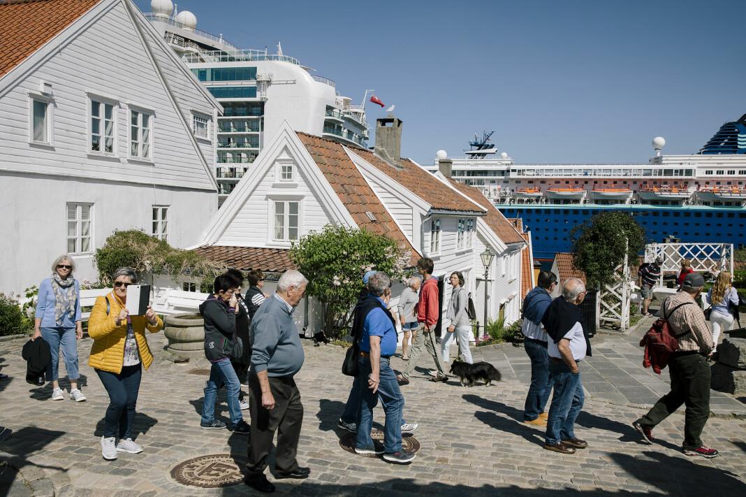 Cruisebåtene MS Azura og MV Zenit legger til ved Strandkaien i Stavanger med mer enn 5.000 passasjerer ombord. Noen av turistene tror gamlebyens idylliske hus er museum. Alle foto: Paul Sigve Amundsen.