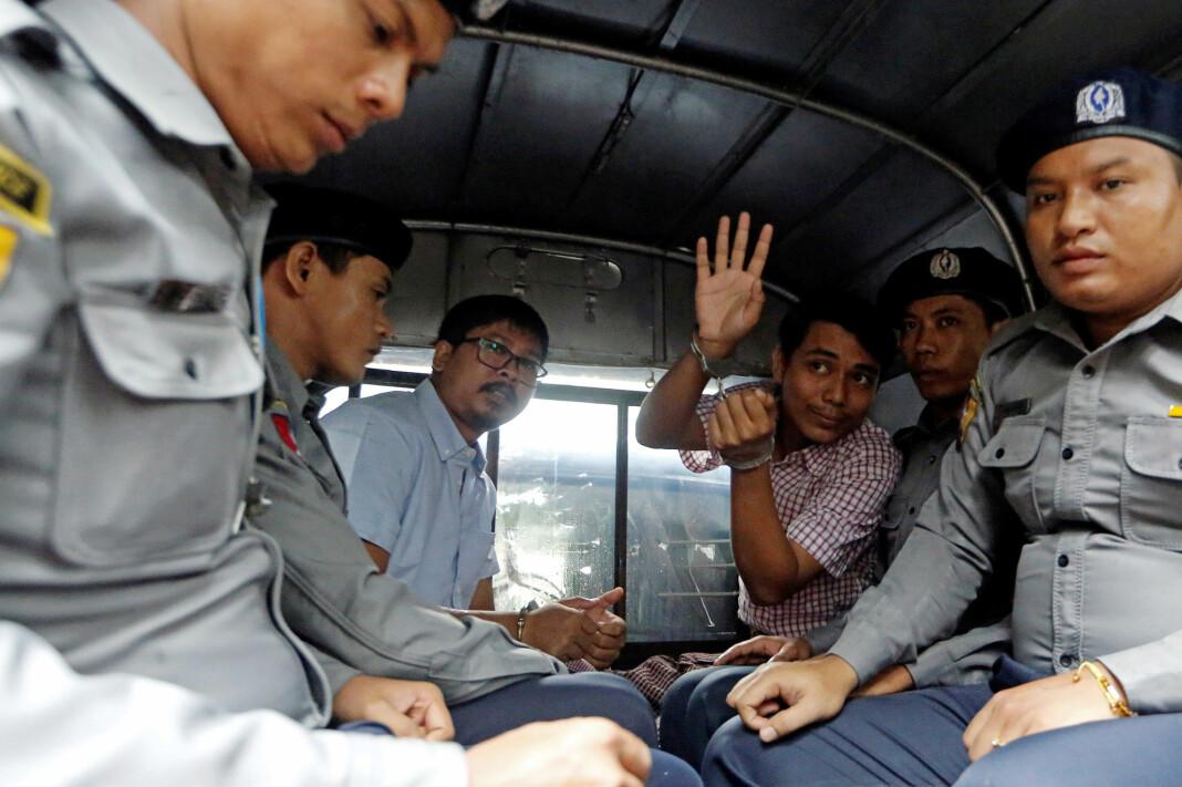 Wa Lone Kyaw Soe Oo sammen med politibetjenter når de drar fra rettsalen i Yangon, Myanmar 9. juli. Foto: Ann Wang / REUTERS