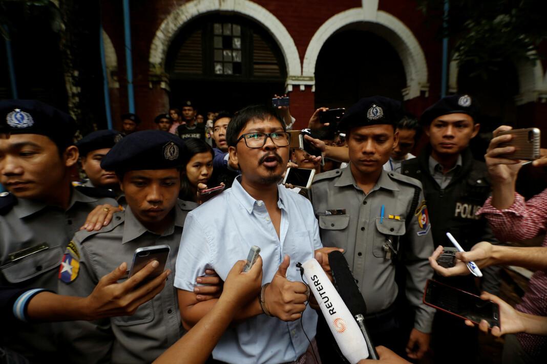 Den tiltalt Reuters-journalist Wa Lone snakker med media idet han forlater retten i Yangon i juli. Foto: Ann Wang / Reuters / NTB scanpix
