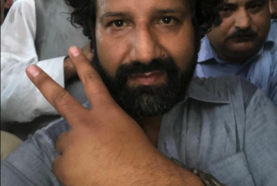 Kadafi Zaman ble arrestert av pakistansk politi under en demonstrasjon han dekket for TV 2. Han satt fengslet i tre dager før han ble løslatt mot kausjon. Her et bilde han la ut på Twitter med «Løslates straks!». Foto: Privat / NTB scanpix