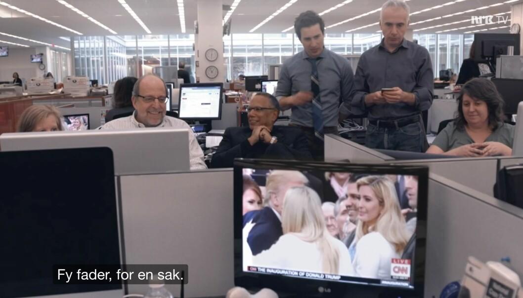 Sjefredaktør Dean Baquet (i midten) følger innsettelsen av Donald Trump som president. Fra dokumentarserien The Fourth Estate.