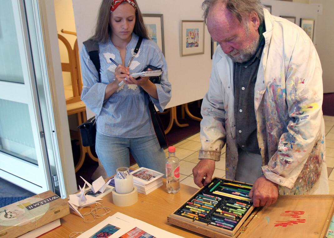 Fredriksstad Blads Mathilde Halstensen blir invitert inn på tegne- og fargekurs av Øivind Sand i hans sommeratelier i Skjærhalden. Foto: Glenn Slydal Johansen