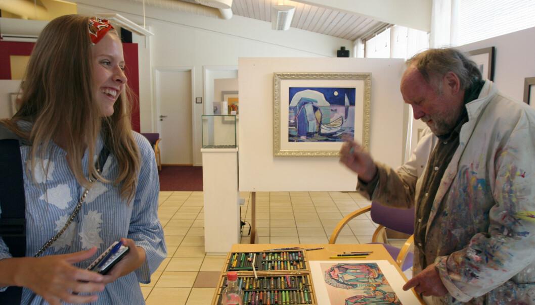 Øivind Sand står og tegner mens Mathilde Halstensen intervjuer. Foto: Glenn Slydal Johansen