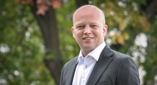 Sp-leder Trygve Slagsvold Vedum vil be Stortinget se på kostnaden ved å skru på FM-nettet igjen