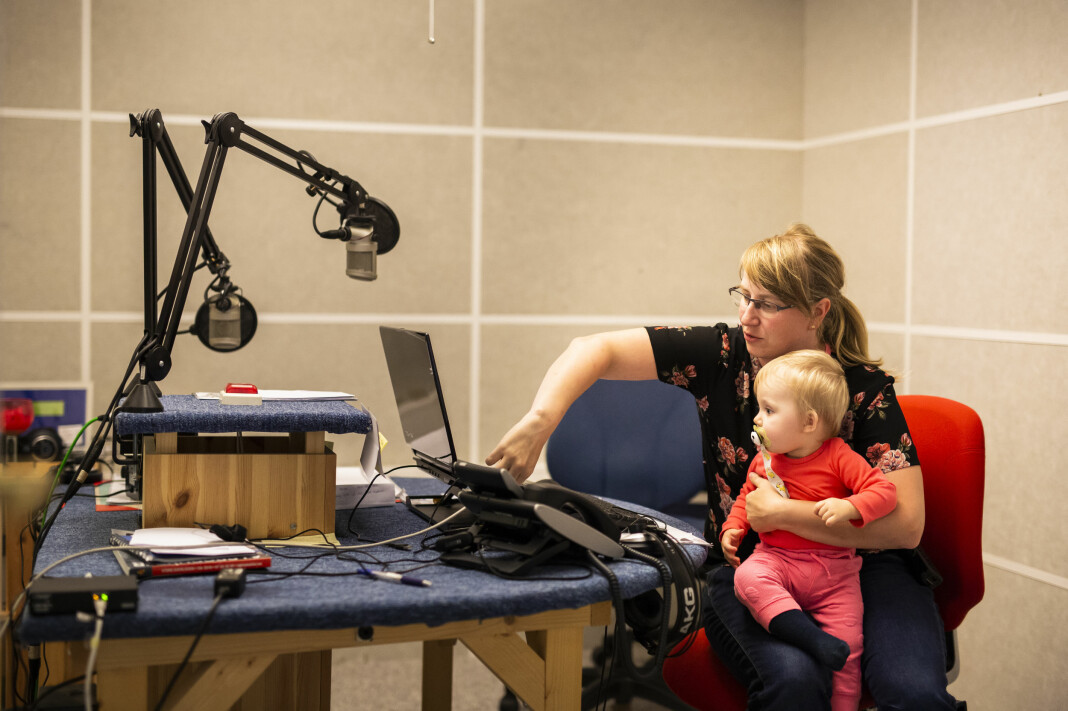 Radio Bø har ansatt Lill Therese Solsem i fast stilling som radiomedarbeider. Her med dattera Johanne, som var med mamma innom jobb. Foto: Kristine Lindebø