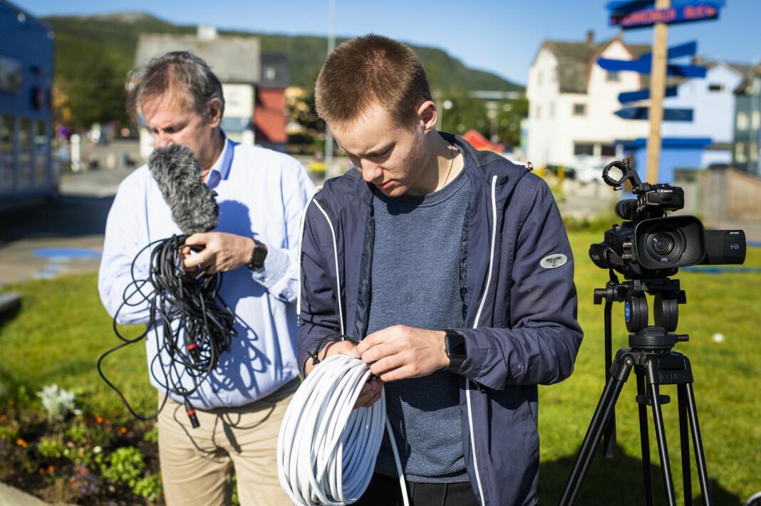Herman Henriksen, tester utstyret på Sortland torg, sammen med redaktør i Vesterålen Online (Vol), Geir Bjørn Nilsen (bak). Foto: Kristine Lindebø